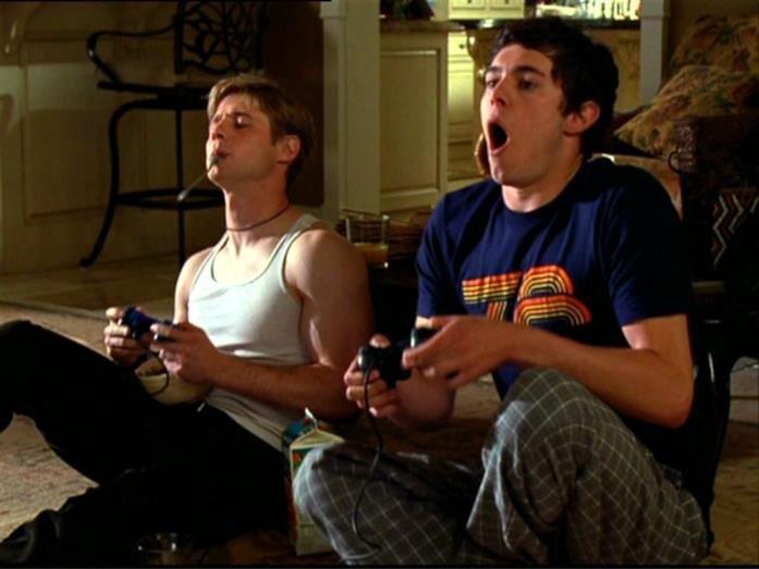 Seth e Ryan giocano ai videogiochi in The O.C.