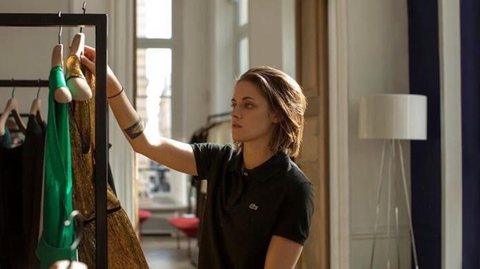 Kristen Stewart sceglie gli abiti per Kyra in una scena di Personal Shopper