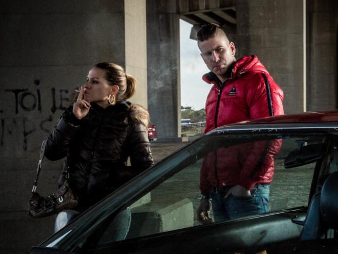 La protagonista del film fuma una sigaretta con il suo scomodo ex appena uscito di prigione.