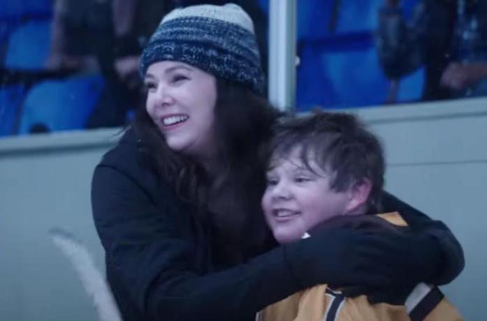 Lauren Graham e Brady Noon si abbracciano