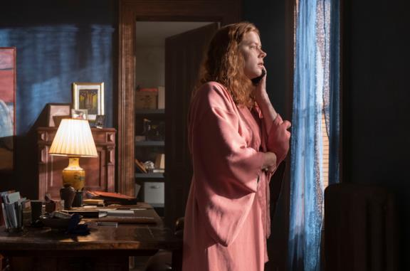 La donna alla finestra: i film che Anna vede in TV e la connessione con la trama del thriller Netflix