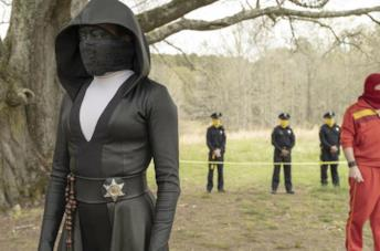 Un'immagine di Angela Abar con dei poliziotti mascherati in Watchmen