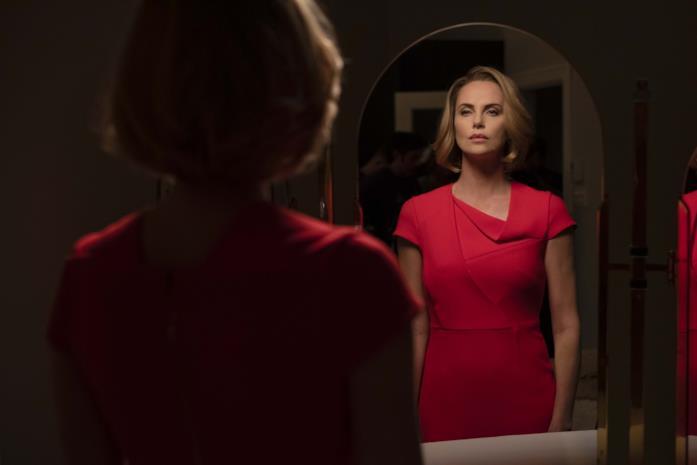 Charlize Theron si guarda allo specchio