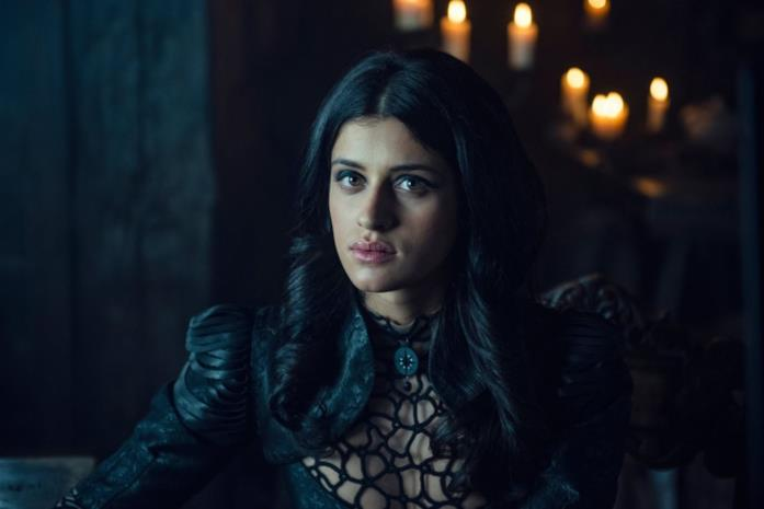 Anya Chalotra nei panni di Yennefer in The Witcher