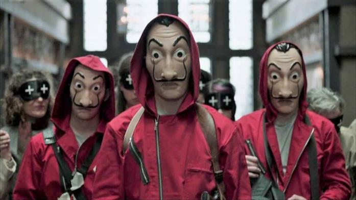 Tre personaggi di La Casa di Carta con la maschera di Dalì