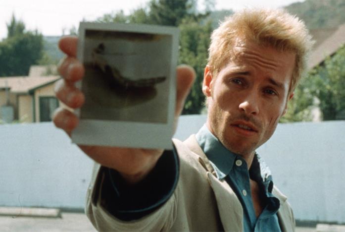 Leonard mostra una delle sue foto polaroid in una scena del film