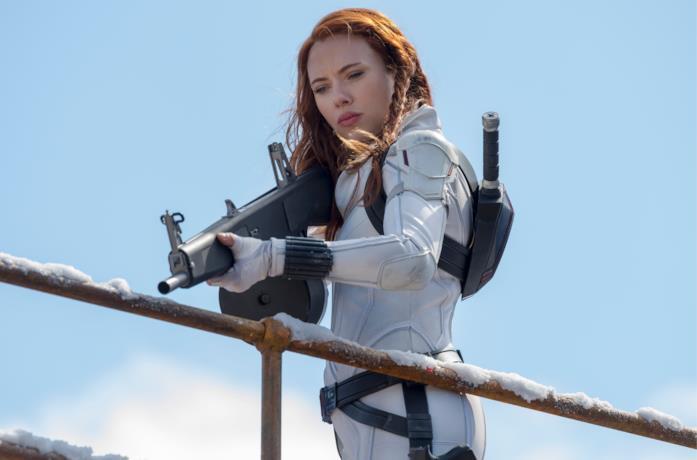 Black Widow con la tuta bianca imbraccia un fucile