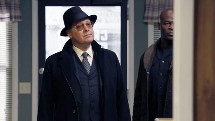 James Spader e Hisham Tawfiq in una scena di The Blacklist