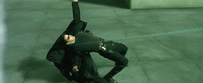 Neo schiva le pallottole in Matrix