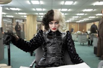 Emma Stone nei panni di Cruella