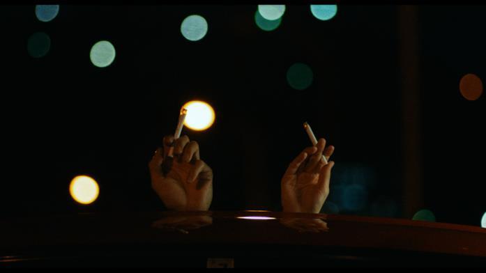 Yusuke e Misaki fumano in auto