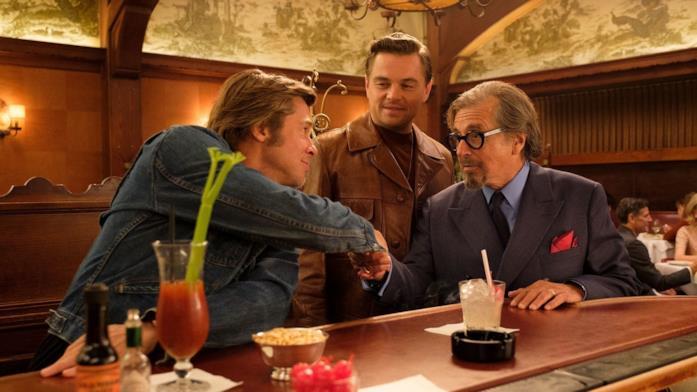 Leonardo DiCaprio si esibisce con un gruppo di ballerine in una scena del film