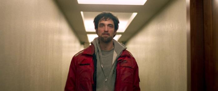 Robert Pattinson in una scena del film Good Time