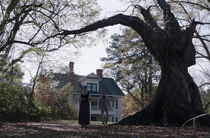 I Warren vicino all'albero di fronte la casa, in una scena di The Conjuring