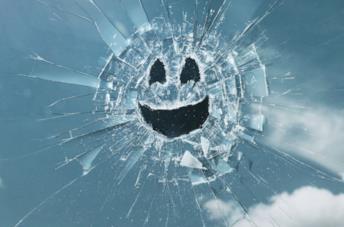 Un volto ritratto in un vetro rotto