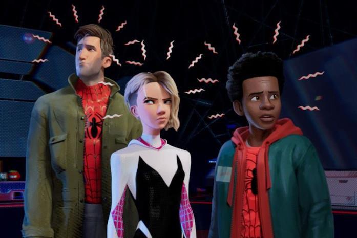 Peter Parker, Miles Morales e Gwen Stacy nelle loro versioni in Spider-Man: Un Nuovo Universo
