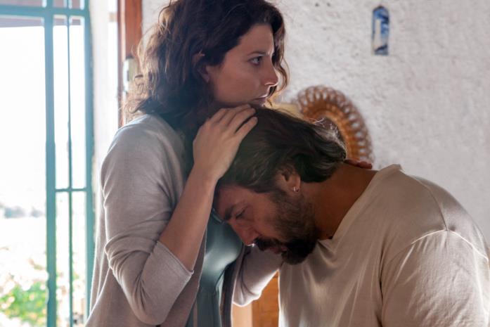 Bárbara Lennie e Javier Bardem in una scena del film Tutti lo sanno