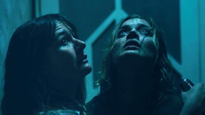 Kay e Sam guardano in alto durante la fuga da Edna