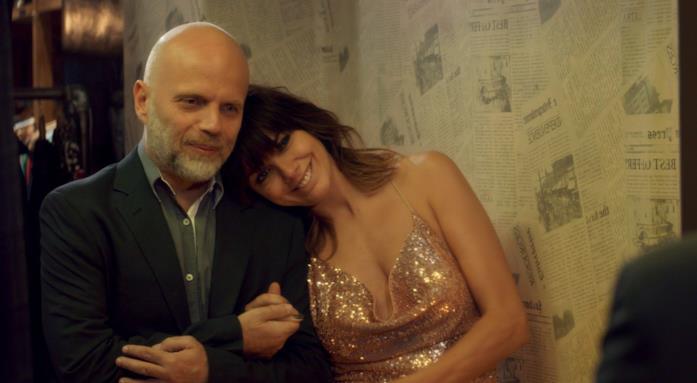 Sebastián Wainraich e Natalie Pérez abbracciati in Felice o Quasi