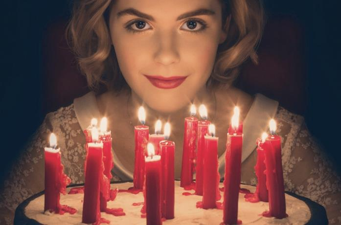 Sabrina festeggia il suo compleanno, con alcune candeline rosse
