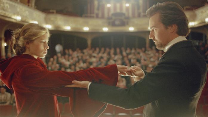 Sophie e Eduard si riconoscono durante un trucco di magia sul palco