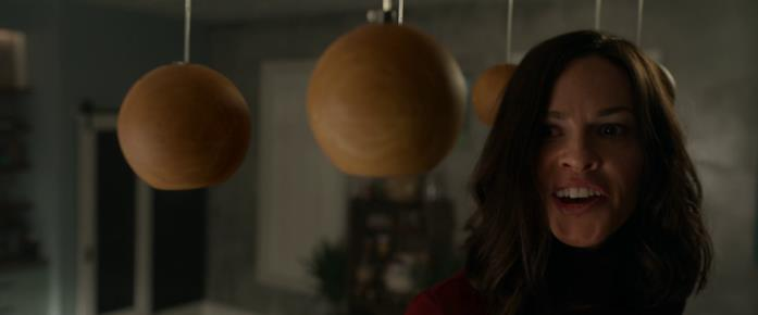 Athena si prepara a colpire Crystal con una lampada