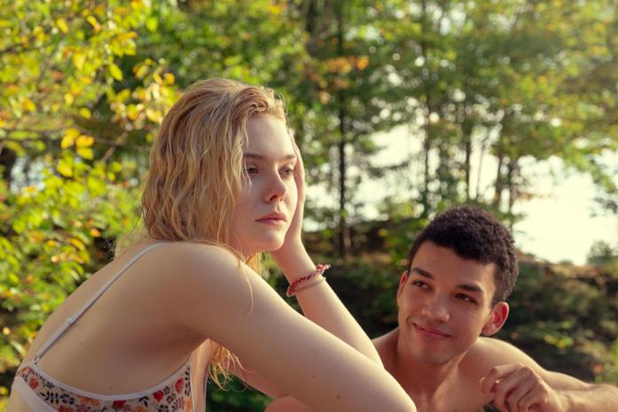 Violet e Theodore parlano in riva al lago in Raccontami di un giorno perfetto