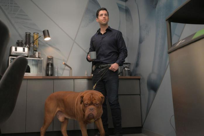 Scott Turner e il cagnolino Hooch in una scena della serie TV