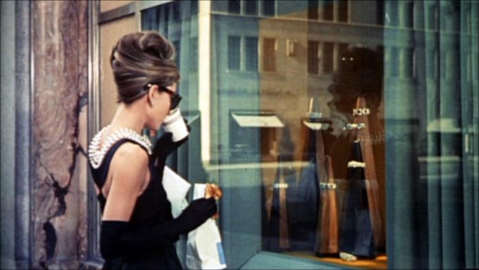 Audrey Hepburn davanti alla vetrina nel film Colazione da Tiffany