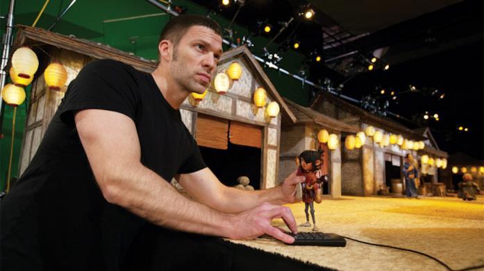 Il regista Travis Knight sistema una miniatura sul set