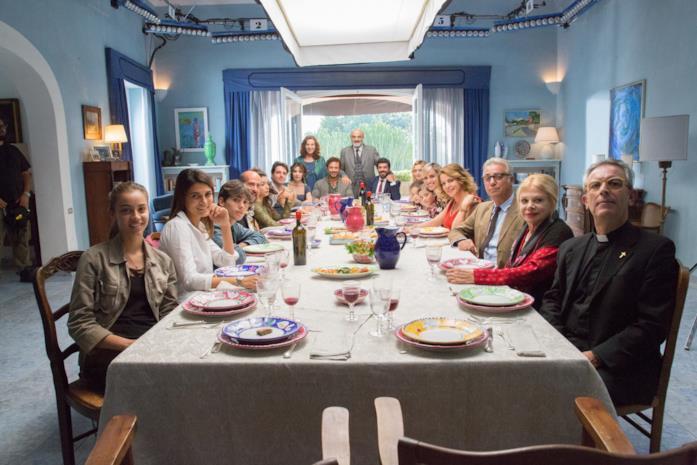 La famiglia a tavola in A casa tutti bene