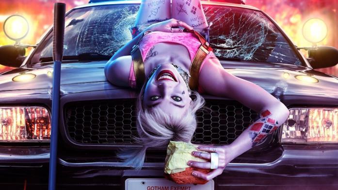 Harley Quinn stringe un panino