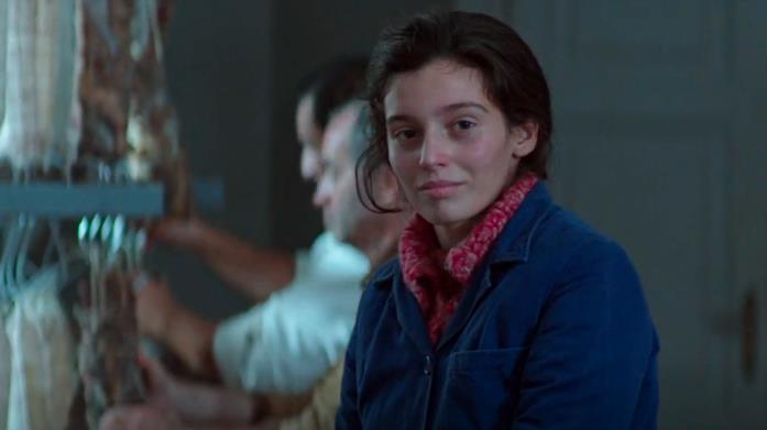 Lila sorride a Lenù quando l'amica va a trovarla nel salumificio