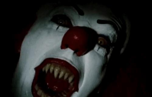 GIF di Pennywise nella versione Tim Curry
