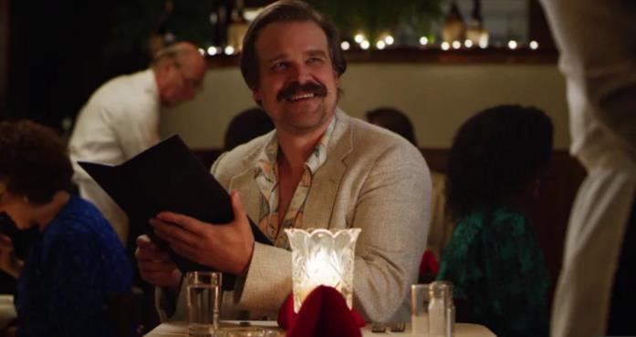 Hopper al ristorante, in una scena della terza stagione