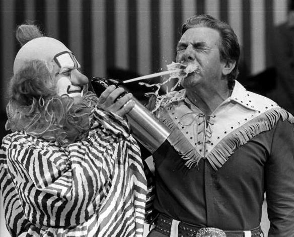Il clown Clarabell mentre spruzza una bomboletta