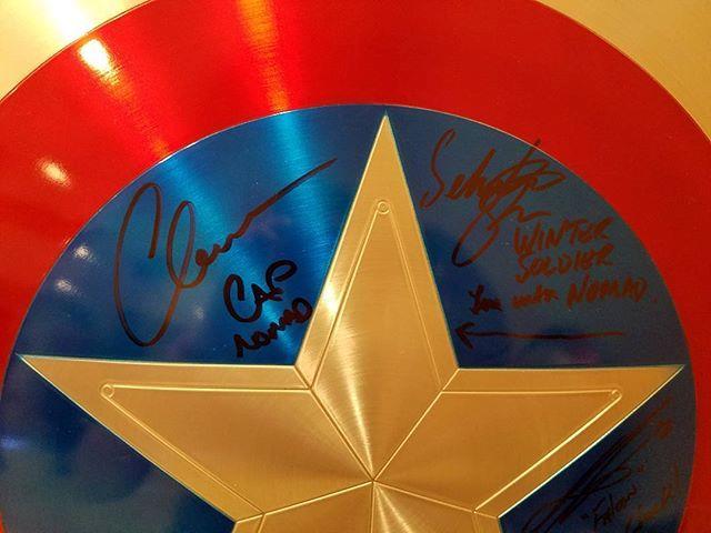Lo scudo di Captain America autografato da Evans e Stan