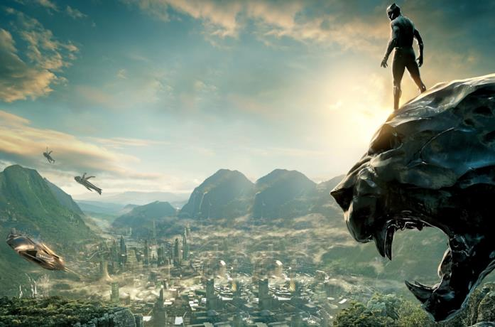 Black Panther si trova sopra un monumento nel Regno di Wakanda