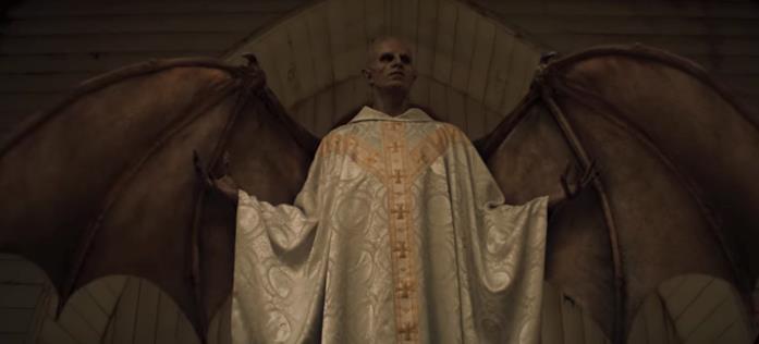 Un demone con la tunica del prete