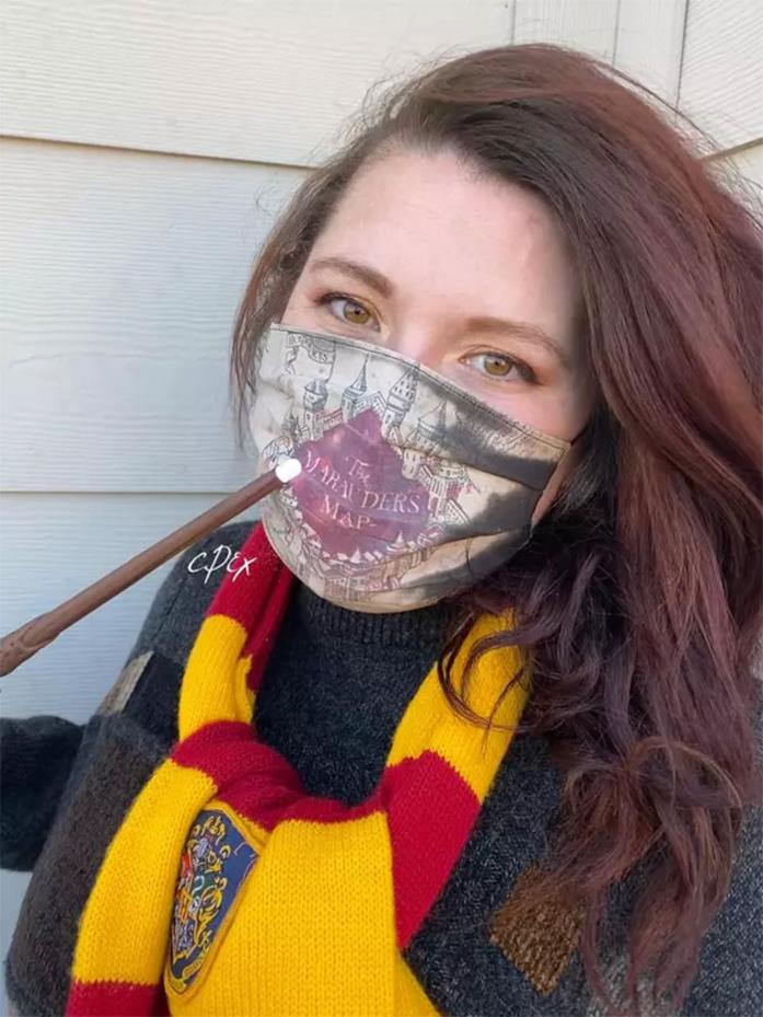 Stefanie Hook indossa la mascherina ispirata alla Mappa del Malandrino