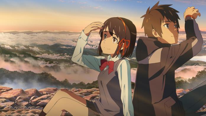 Taki e Mitsuha sono seduti insieme, mentre il sole illumina i loro volti