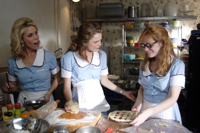 Tre cameriere parlano in una scena di Waitress