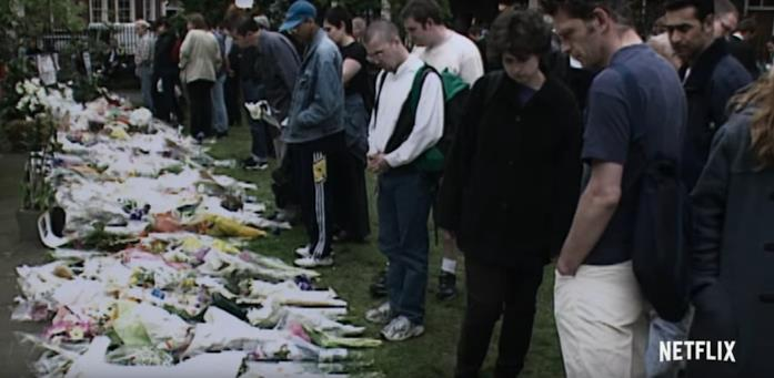 I fiori per i morti degli attentati in Nail Bomber: Terrore a Londra