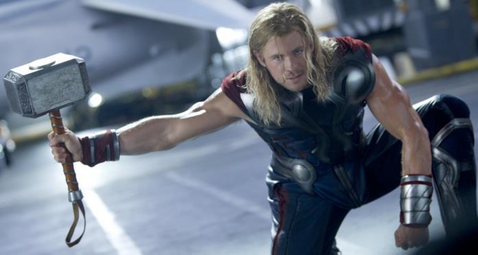 Thor impugna il suo martello in una posa molto scenica