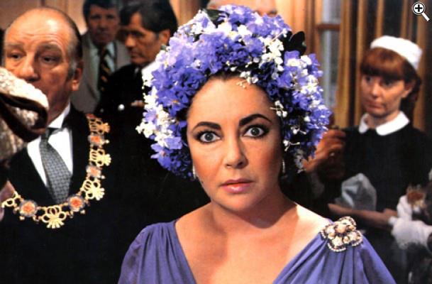 Elizabeth Taylor in Assassinio allo specchio con la cuffia di fiori