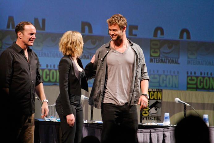 Clarg Gregg, Scarlet Johansson e Chris Hemsworth si salutano