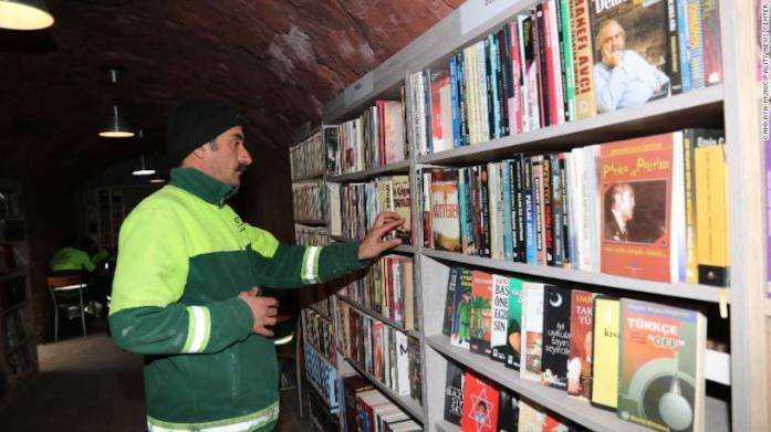 Un operatore ecologico nella libreria dei libri abbandonati e recuperati ad Ankara