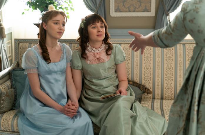 Una scena di Bridgerton con Daphne ed Eloise