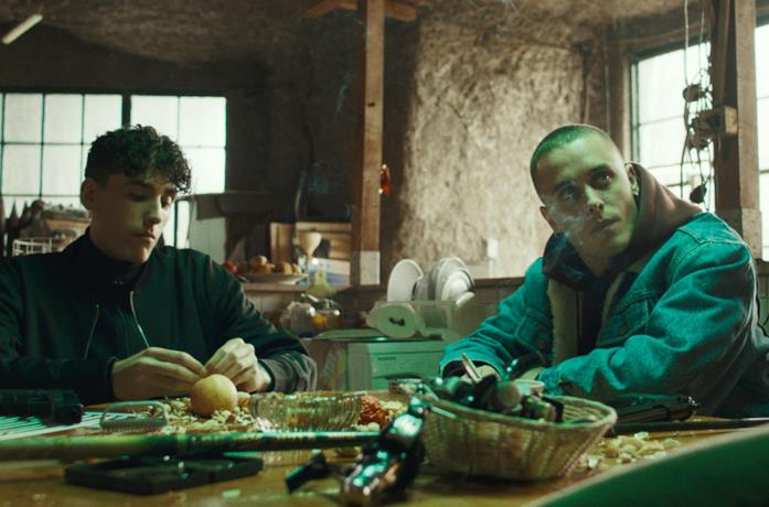 Andrea Carpenzano e Matteo Olivetti in una scena del film La terra dell'abbastanza