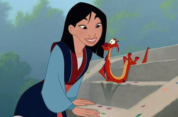 Mulan prende la mira prima di scoccare una freccia